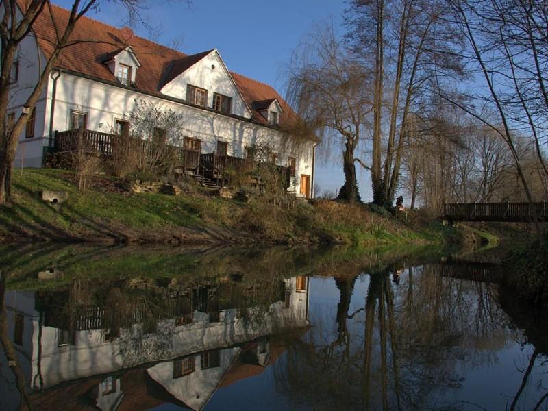 Hotel Landhofmuehle mit Teich